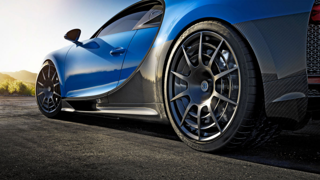 Dvojice prstenců mezi paprsky optimalizuje aerodynamiku a chlazení brzd. Každé z těchto hořčíkových kol je o 4 kg lehčí než kola standardního Chironu