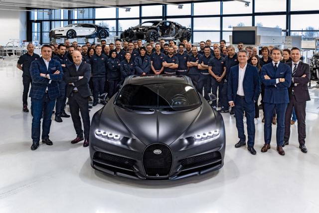 19. února 2020 vyrobili v továrně Bugatti Atelier vMolsheimu Chiron s pořadovým číslem 250. Výroba tohoto vozu je tedy přesně v polovině. Druhý zprava v první řadě je Stephan Winkelmann, současný výkonný ředitel automobilky
