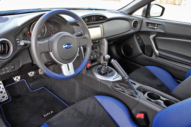Do interiéru se dodává částečně modré čalounění, jež je nyní i na volantu. Modré je též prošívání