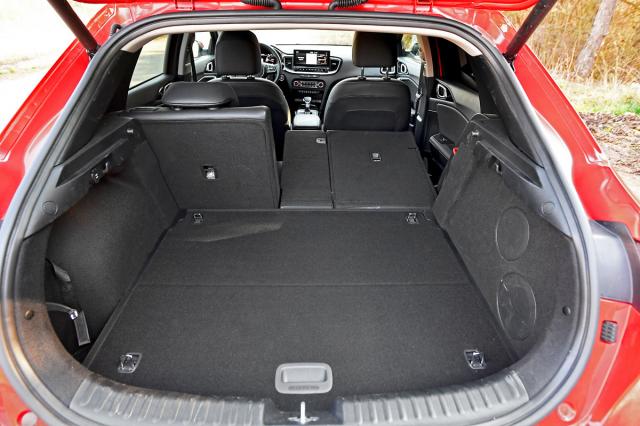 """I když praktičnost nebyla při vývoji vozu tím hlavním cílem, je maximální objem zavazadlového prostoru 1378 litrů slušný. Dvojitá podlaha je standardem, za opěradla dělená v poměru 40:20:40 si musíte (s výjimkou edice """"75 let"""") připlatit. Negativem je vysoko umístěná nakládací hrana"""
