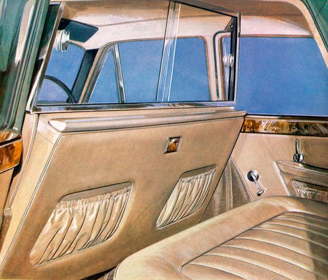 Charakter limuzíny Princess 4 Litre R potvrzovala dělicí stěna mezi cestujícími ařidičem