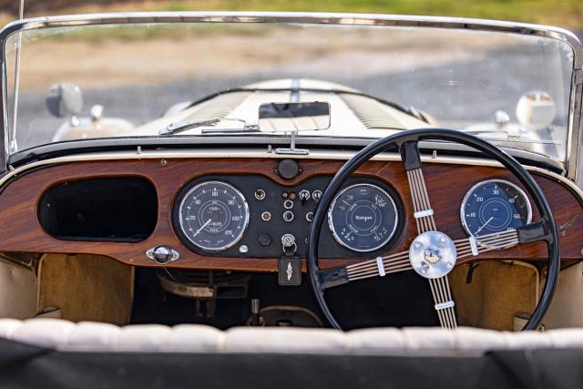 Přesně tímto volantem otáčel Michael Douglas. Pozice za ním je nečekaně přirozená a sportovní
