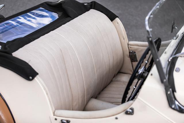 Sedadla nijak zvlášť nedrží tělo, takže je třeba se vzatáčce zapřít