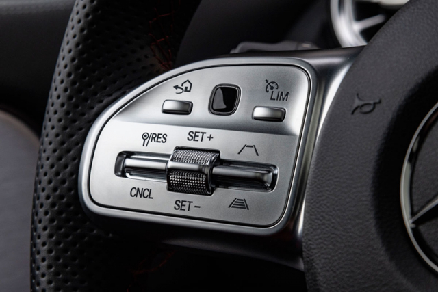 Z volantu lze obsluhovat většinu hlavních funkcí vozu. Logika je promyšlená do posledního detailu