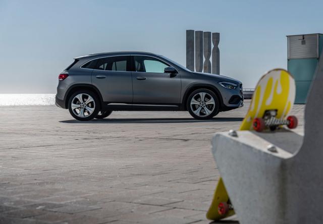 I když má Mercedes-Benz GLA zvýšenou stavbu a také pozici sedadel, působí nebývale elegantním dojmem