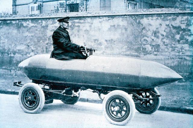 Camille Jenatzy ve svém elektromobilu, snímž vroce 1899 jako první na světě překonal rychlost 100 km/h