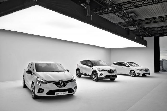 Modely E-Tech značky Renault. Zleva Clio, Captur a Mégane