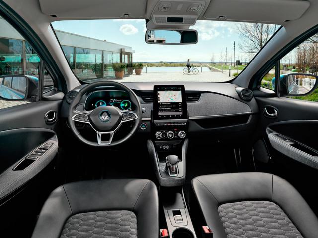 """Pracoviště řidiče velektrickém ZOEje přehledné apřívětivé. Vše jezde jako v""""normálním"""" automobilu"""