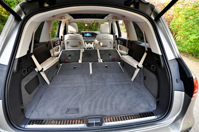 Sedadla obou zadních řad lze sklápět do jedné roviny s podlahou zavazadlového prostoru. Vše se děje skrze servomotory a na pokyny přepínačů