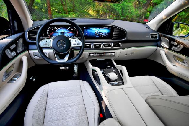 Pracovní prostředí řidiče působí moderním a luxusním dojmem, ale ve skutečnosti je překvapivě přehledné