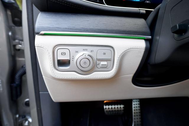 Panel na palubní desce vlevo od volantu hostí kromě ovládání vnějšího osvětlení také spínač elektromechanické parkovací brzdy
