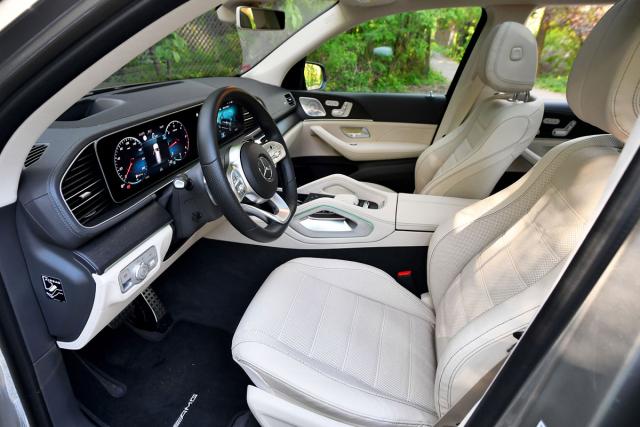 V automobilu jako vluxusním a vzdušném obývacím pokoji.