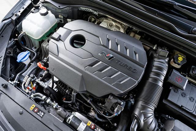 Motor verze Project C přechází z verze Performance bez úprav. Přední kola spolu sdiferenciálem s elektronicky řízenou svorností suverénně přenášejí jeho sílu na vozovku