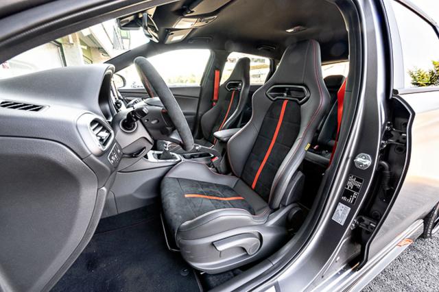 Každé ze specifických sedadel Sabelt uspoří 7,5 kg hmotnosti