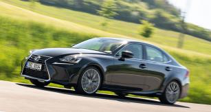 Lexus IS je k dispozici výhradně jako originálně navržený čtyřdveřový tříprostorový sedan sklasickou koncepcí pohonu