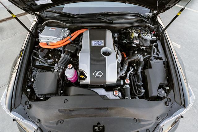 Jediným nabízeným motorem je hybridní soustava včele se čtyřválcem 2,5 litru