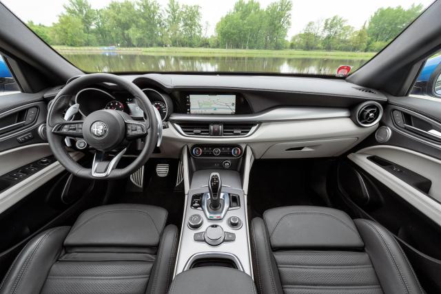 Interiér řidiče příjemně obejme a nabídne mu vynikající pozici zaskvěle tvarovaným volantem. Sportovní atmosféru posilují istartovací tlačítko na volantu a velké, na sloupku volantu pevně umístěné řadicí páčky (v tomto případě spíše páky)