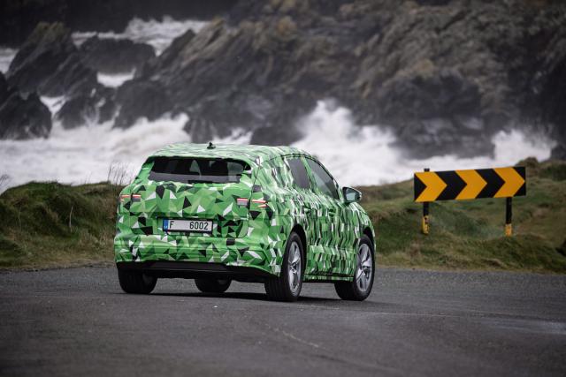 Pod důmyslnou kamufláží to poznat není, nicméně bez ní je nová Škoda Enyaq ve skutečnosti překvapivě elegantním vozem