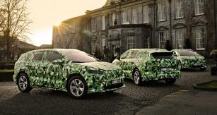 Trojice maskovaných testovacích prototypů Škoda Enyaq před hradem Durrow v Irsku
