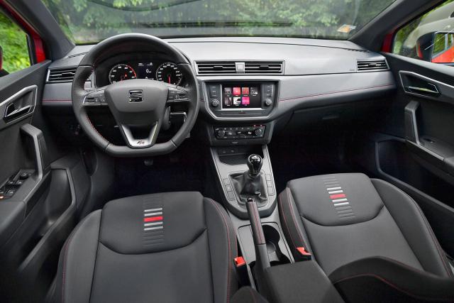 Interiéru Seatu Ibiza FR TGI dominují sportovní akcenty včetně sedadel se znamenitým vedením a rudým stehováním na palubní desce, volantu a dalších částech