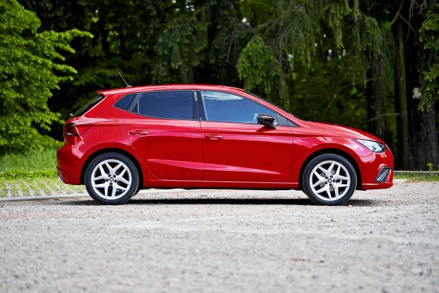 Také při pohledu z profilu zůstává Seat Ibiza FR TGI sice stále dostatečně praktickým, ale hlavně osobitě a dynamicky střiženým kompaktním automobilem