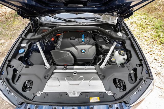 Zážehový čtyřválec plug-in hybridní verze je umístěn podélně mírně za přední nápravou.