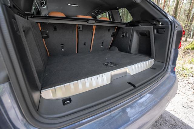 Spolu s akumulátorem pod podlahou zavazadlového prostoru přispívá k optimálnímu rozložení hmotnosti. Akumulátor zvýšil podlahu zavazadlového prostoru a ubral mu 100 l objemu