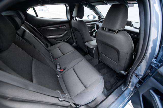 Zadní sedadla jsou z hlediska rozměrů ve svém segmentu, stejně jako zavazadlový prostor, spíše průměrné. Pro běžné používání ale dostačují