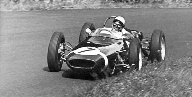 Velkou cenu 1961 na Nürburgringu vyhrál sir Stirling Moss na soukromém Lotusu 18 před továrními Ferrari a Jimem Clarkem na továrním Lotusu