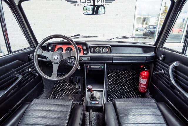 Pracoviště řidiče řady 02 aneb bavorský minimalismus vpraxi. Řazení má sportovní kulisu sjedničkou k sobě dolů