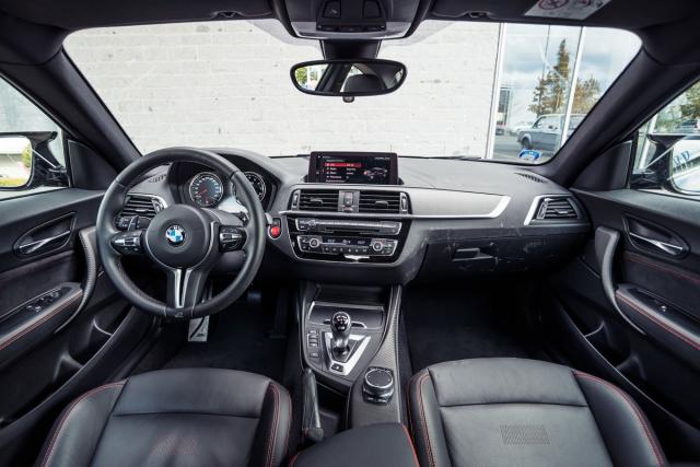 Interiér BMW M2 Competition má ještě klasický vzhled předchozích generací BMW