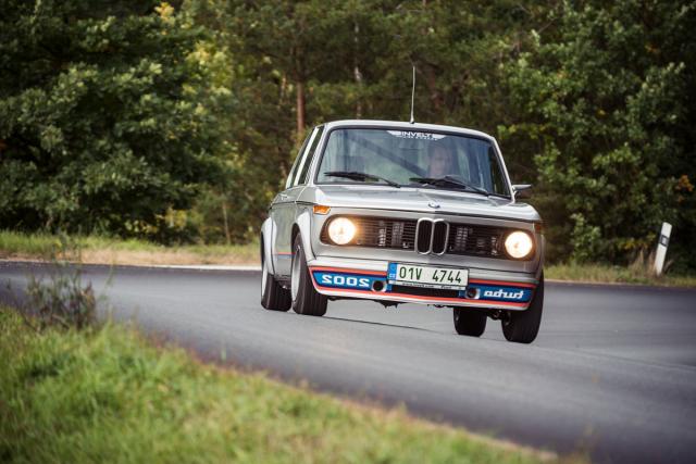 S 02 projedete zatáčku o poznání pomaleji než s M2, rozevlátý styl ale dodá na adrenalinu.