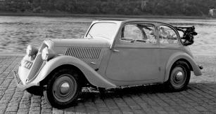 Nově tvarovaný polokabriolet Škoda Popular na snímku zpředjaří roku 1935
