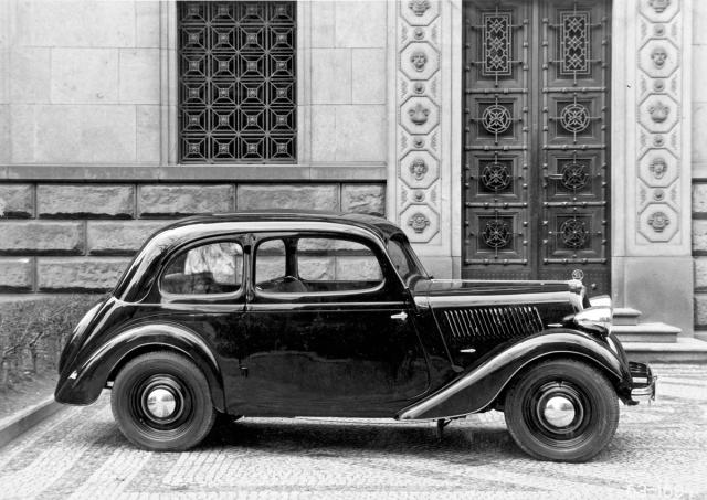 Dvoudveřový tudor Popular vexportním provedení svolantem vlevo (1936)