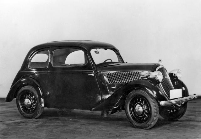 Exportní tudor Škoda Popular ročníku 1937 spaprskovými koly a volantem vlevo