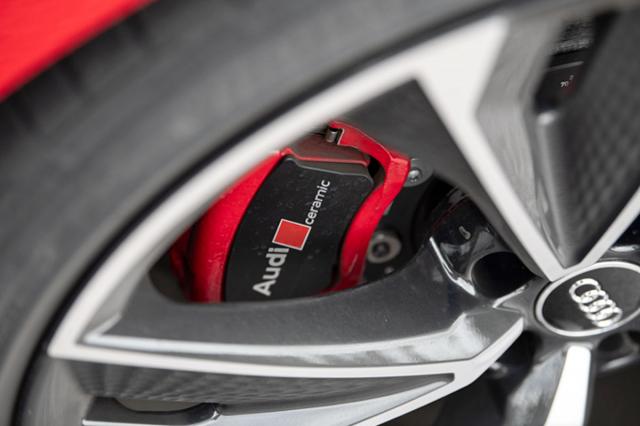 Karbon-keramické brzdy snižují neodpruženou hmotnost a vykazují mimořádnou účinnost. S červenými třmeny jsou za příplatek 260 900 Kč, v černé barvě za 246 400 Kč