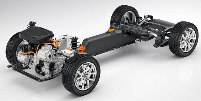 Li-Ion akumulátor s kapacitou 10,7 kWh umístěný ve středovém tunelu neomezuje vnitřní prostor a karoserii plug-in hybridní verze účinně vyztužuje