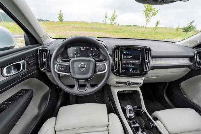 Interiér se neliší od standardních verzí anese se v typickém duchu Volvo