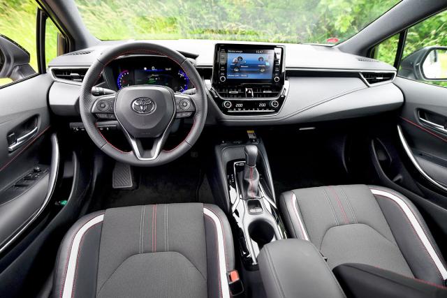 Pracoviště řidiče je přehledné, přítomnost hybridního pohonu zde nenaznačuje kromě tlačítka EV nic