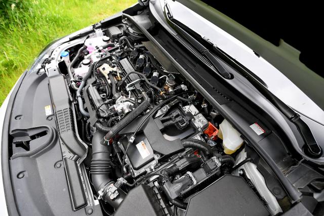 Kultivovaný motor se obejde bez tlumicího krytu. Oranžové jsou prvky vysokonapěťového systému