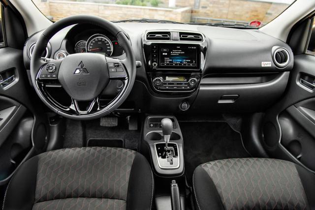 Dominantním prvkem interiéru je velký volant s koženým čalouněním a s pouze výškovým nastavováním