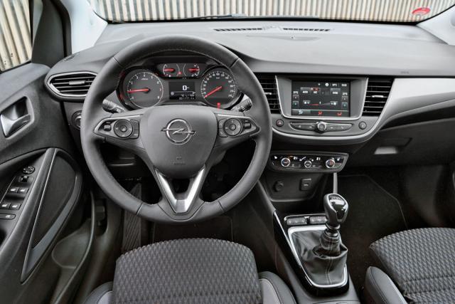 Pracoviště řidiče je funkční a přehledné, spočtem tlačítek na volantu se budete muset chvíli seznamovat