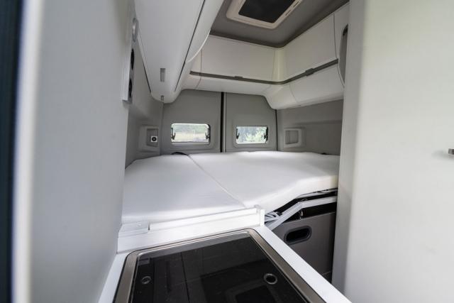 Ve verzi 600 se vzadu spí napříč s využitím kapes na bocích vozu. Rozměry lůžka jsou 1950 x 1400 mm