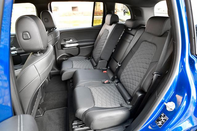 Zadní sedadla nabízejí velkorysý prostor ajsou podélně posuvná