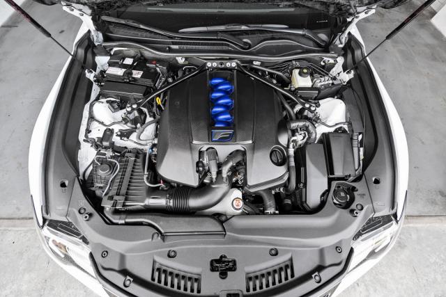 Atmosféricky plněný osmiválec s vysokootáčkovým charakterem zátahem nestačí na moderní turbomotory, nicméně řidiče dokáže svým projevem intenzivně propojit svozem