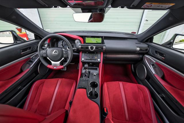 Pečlivě zpracovaný interiér se nese v japonském duchu a je čalouněný červenou Alcantarou. Poskytuje komfort známý zostatních modelů Lexus