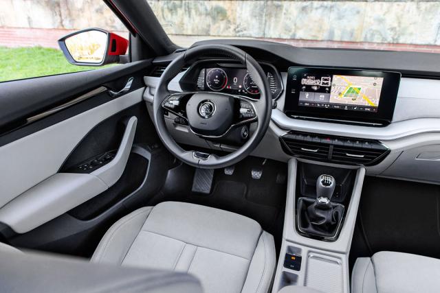 Pracoviště řidiče je zcela nové. Fyzické ovladače ustupují do pozadí ve prospěch digitálních řešení