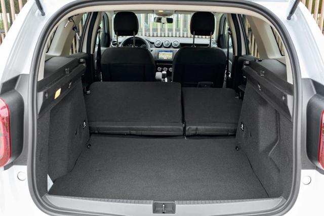 Kdo potřebuje často převážet rozměrná zavazadla, bude mít Dacii Duster rád. Vstup do zavazadlového prostoru je velkorysý, výška po plato 545 mm i minimální šířka 995 mm jsou solidní. Jen škoda schodu po sklopení sedadel