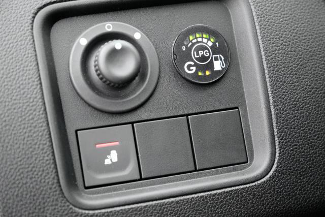 Stav zaplnění 34litrové nádrže na LPG signalizuje pět diod, tlačítkem lze mezi oběma palivy libovolně přepínat. Startuje se vždy na benzin, po chvíli se systém sám přepne na plyn