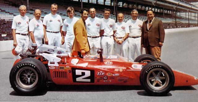 Mistr Indy Cars 1969 se svým týmem STP Hawk Ford, zcela vpravo mecenáš a šéf týmu Andy Granatelli